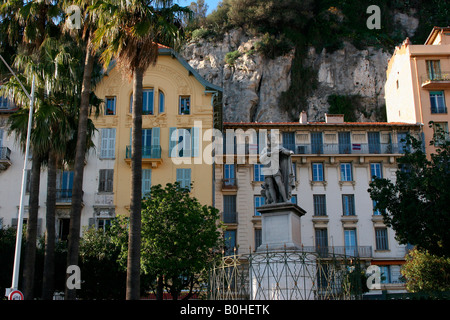 Memorial and residential buildings situated between the harbour and historic centre of Nice, Côte d'Azur, France - Stock Photo