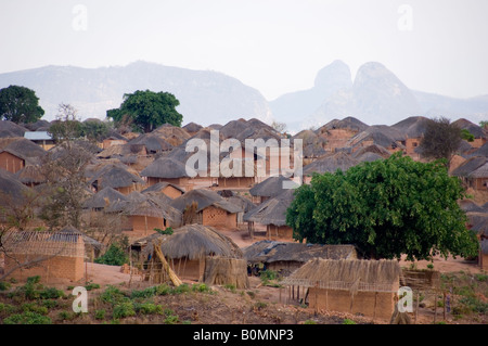 Thatched mud huts on the outskirts of Marrupa, a small town in Niassa province, northern Mozambique. - Stock Photo