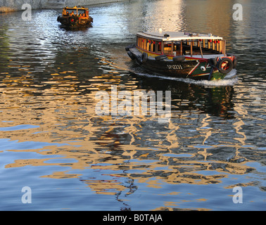 Bum boat cruise on the Singapore River - Stock Photo