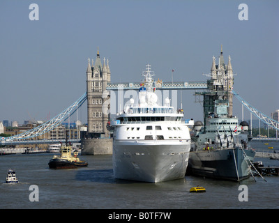 Cruise Liner MS Silver Wind moored next to HMS Belfast in the Pool of London - Stock Photo