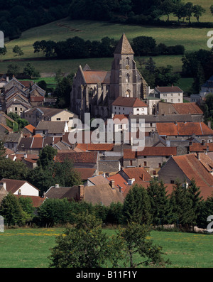 Saint-Seine-l'Abbaye, 'Dortfansicht mit Kirche St. Seine - Stock Photo