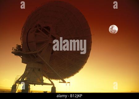 SINGLE SATELLITE DISH JANSKY VLART RADIO TELESCOPE ARRAY PLAINS OF SAINT AUGUSTINE NEW MEXICO USA - Stock Photo
