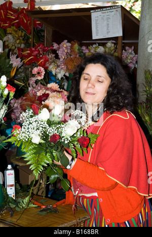 dh Mercado dos Lavradores FUNCHAL MADEIRA Flowerseller in traditional costume arranging bunch of flowers - Stock Photo