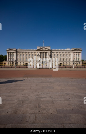 Buckingham Palace, Royal residence of Queen Elizabeth II when in London. - Stock Photo