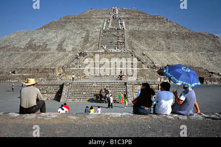 Jan 20, 2002 - Visitors enjoy a break at the Piramide del Sol (Pyramid of the Sun) in Mexican Teotihuacan. - Stock Photo