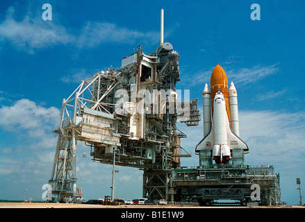 Crawler Transporter brings the NASA Space Shuttle Discovery to launcher platform - Stock Photo