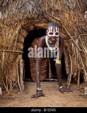 A young Karo girl in the doorway of her hut in the village of Duss.  A small Omotic tribe related to the Hamar. - Stock Photo