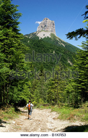 Parc naturel régional du Vercors : sentier du Pas de l'Aiguille, vue sur Mont Aiguille dans le Trièves - Stock Photo