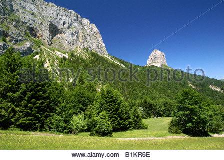 Parc naturel régional du Vercors : sentier du Pas de l'Aiguille, vue sur Mont Aiguille, Hauts Plateaux du Vercors - Stock Photo
