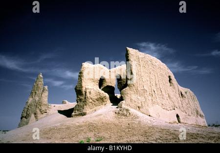 Surviving mud brick walls of the Sultan Gala (Little Kiz Kale) at Merv in the Karakum (Black Sands) desert. - Stock Photo