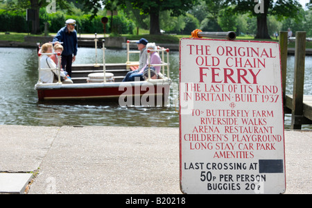 Stratford Upon Avon the old chain ferry crossing the Avon with passengers on board. Picture by Jim Holden. - Stock Photo