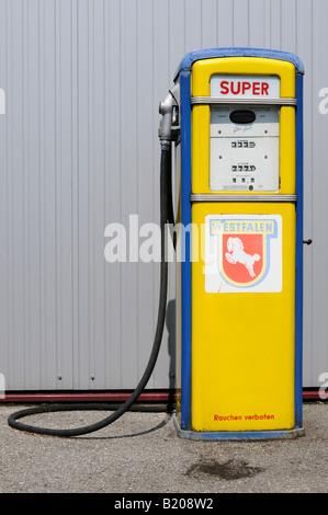 Nostalgische Zapfsäule gesehen in Deutschland Nostalgic gas pump seen in Germany - Stock Photo