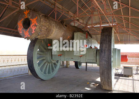 Jai Van Canon Jaighar Fort Jaipur Rajasthan India Supposed to be the largest canon an wheels in the world - Stock Photo