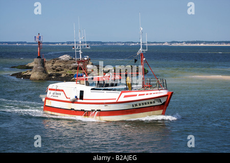 French Fishing trawler entering the port of Le Croisic. - Stock Photo