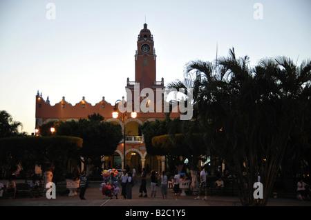 Plaza de la Independencia, Palacio Municipal at dusk, Merida, Yucatan, Mexico, Central America - Stock Photo