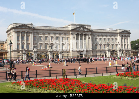 Buckingham Palace, London. The official residence of Queen Elizabeth II with flag flying to signify the monarch - Stock Photo
