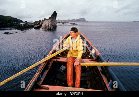DINGLE PENINSULA FISHING IN A TRADITIONAL CURRAGH BOAT OFF THE DINGLE PENINSULA IN IRELAND 1991 - Stock Photo