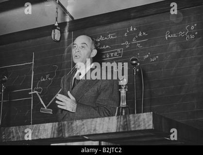Fermi, Enrico, 29.9.1901 - 28.11.1954, Italian physicist, giving a lecture, Instituto Donegani, Milan, 1949, , Additional - Stock Photo