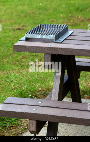 Wire Mesh Attached To Modern Picnic Table To Avoid Burning By Stock - Mesh picnic table