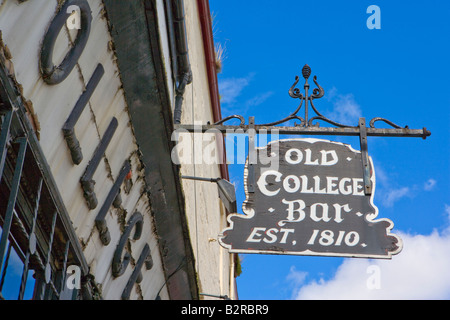 OLD COLLEGE BAR IN HIGH STREET GLASGOW SCOTLAND ESTABLISHED 1810 - Stock Photo