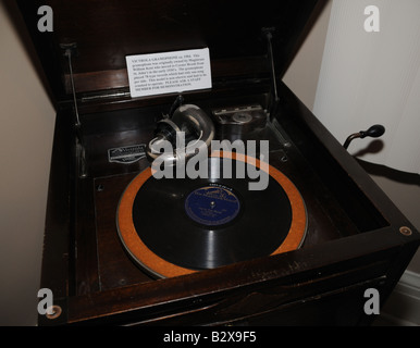 A hand-cranked Victrola gramophone from 1930 played 78 rpm records with one song per side. - Stock Photo
