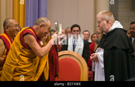 FRIAR BOB KELLER gives a present to the14th DALAI LAMA of TIBET at INTERFAITH PRAYER SERVICE ST PAUL CATHOLIC CENTER - Stock Photo