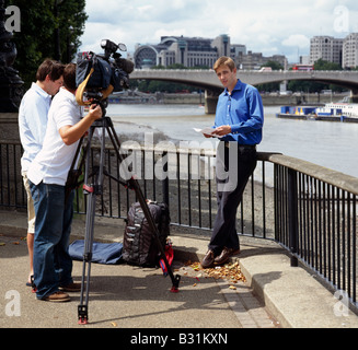 TV crew and reporter. South Bank, London, England, UK. - Stock Photo