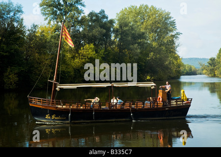A traditional Gabarre on the Dordogne River at Beynac. Sailing as a tourist excursion. France, EU. - Stock Photo