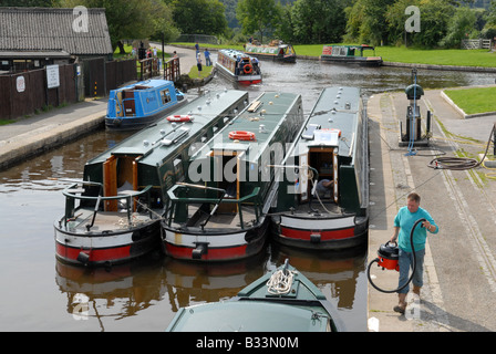 Cleaning the narrowboats for holiday hire at Trevor Canal Marina in Wales - Stock Photo
