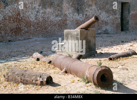 Kenya, Pate Island, Siyu. A collection of rusted cannons, which once defended the army garrison at Siyu Fort. The - Stock Photo