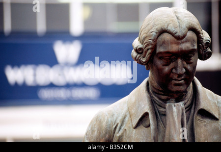 PICTURE CREDIT DOUG BLANE Statue of Josiah Wedgwood sons pottery 1730 1795 Stoke on Trent Staffordshire England - Stock Photo