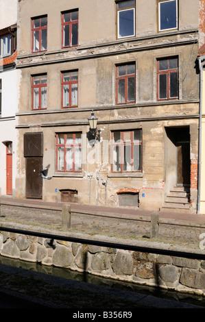 Heruntergekommenes Gebäude in Wismar Deutschland Run down building in Wismar Germany - Stock Photo