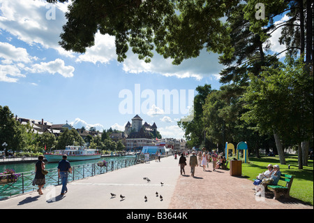 Promenade on the Quai Napoleon III alongside the port with the castle in the background, Annecy, French Alps, France - Stock Photo