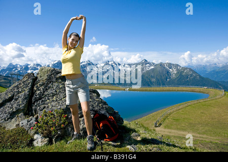 Junge Schlampe beim Wandern in den Bergen gebumst