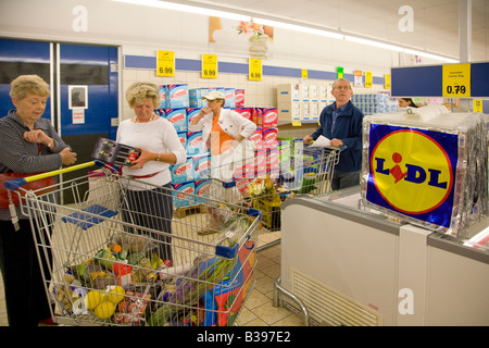 customers shopping at Lidl supermarket - Stock Photo