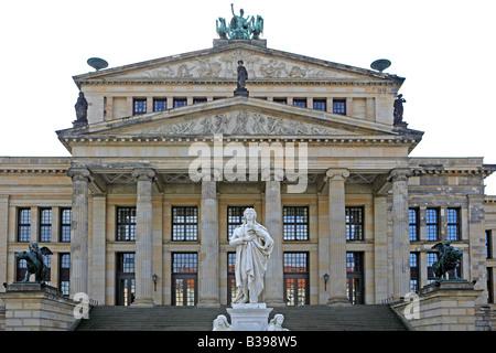 Deutschland, Berlin, Konzerthaus und Schillerdenkmal am Gendarmenmarkt, Schiller Monument and Concert Hall Gendarmenmarkt - Stock Photo