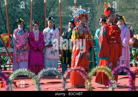 China, Beijing. Chinese New Year Spring Festival - Marriage ceremony celebrations at Daguanyuan Grand View Garden. - Stock Photo