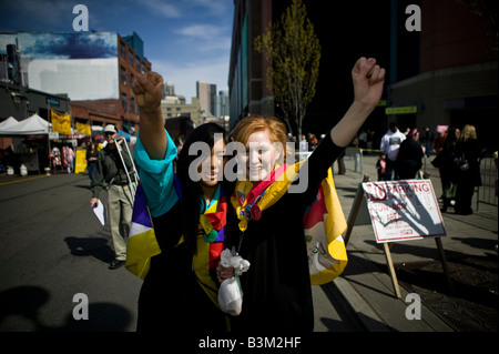 The Dalai Lama s visit to Seattle 04 12 2008 Seattle Qwest Field Two young women say Free Tibet as they wait for - Stock Photo