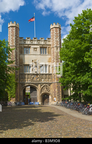 Gate to Trinity College and rows of bicycles, Cambridge, England - Stock Photo