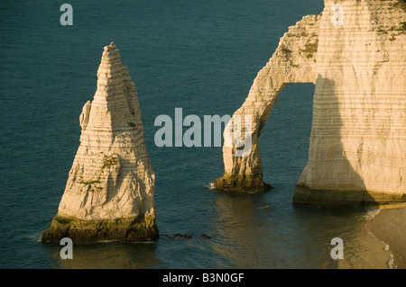 L'Aiguille (The Needle) and Porte d'Aval arch, Etretat, Normandy, FRANCE, made famous by Claude Monet - Stock Photo