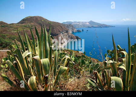 Blick ueber die Steilkueste der Vulkaninsel Lipari zur Insel Vulcano, Tyrrhenisches Meer, Aeolische Inseln, Liparische - Stock Photo