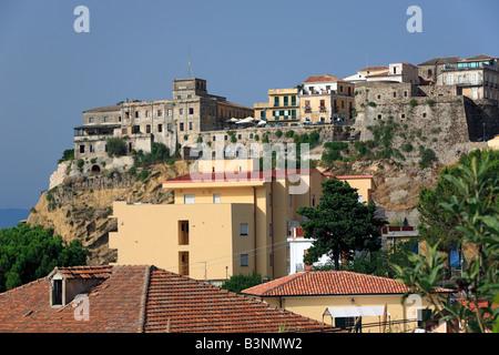 Stadtpanorama mit Castello Aragonese in Pizzo, Kalabrien, Italien - Stock Photo