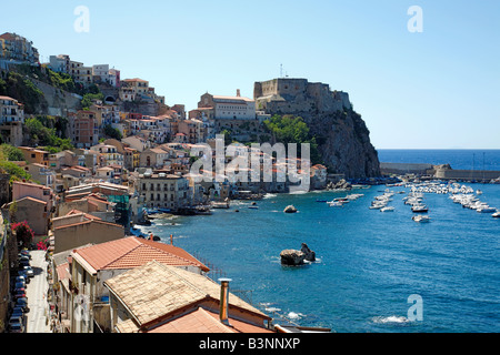 Festung Ruffo mit Fischerviertel Chianalea und Bootshafen in Scilla, Kalabrien, Italien - Stock Photo