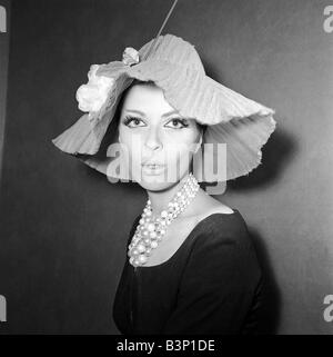 Clothing Fashion Hats January 1964 A Reed Crawford Pink tulle stiched and clipped in Siamese pink decorated with - Stock Photo