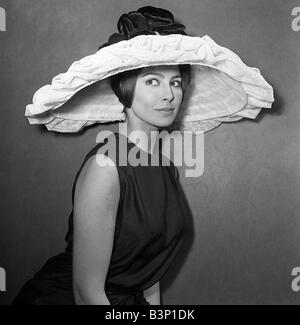 Clothing Fashion Hats January 1964 A huge broderie Anglais brimmed hat with petalled crown by Simone Mirman - Stock Photo