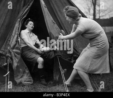 Lending a hand on the land Scene at Blunham Bedfordshire Volunteer agriculture camp where war workers on holiday - Stock Photo
