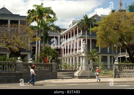 Mauritius, Port Louis. Queen Victoria statue and House of Parliament and Government building. - Stock Photo