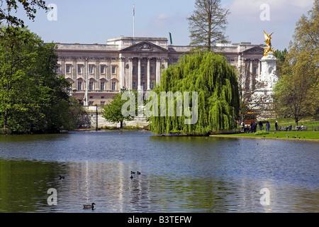England, London, Buckingham Palace seen from St James's Park. - Stock Photo