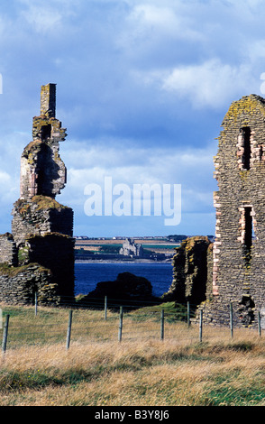 Scotland, Caithness. The ruins of Castle Girnigoe & Castle Sinclair look across Sinclair's Bay. Dating back to the - Stock Photo