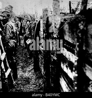 events, First World War / WWI, Eastern Front, Russian soldiers in a trench, circa 1917, Additional-Rights-Clearances - Stock Photo